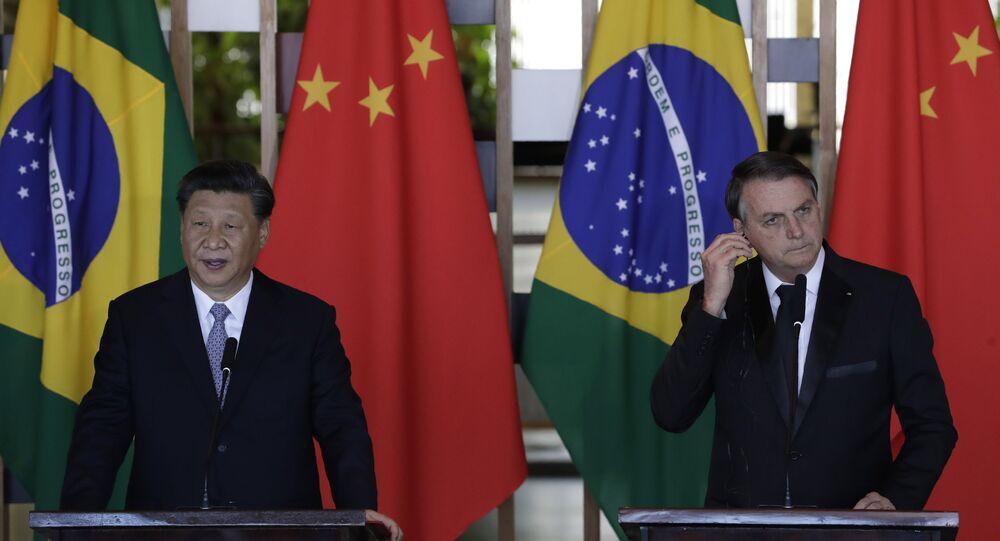 O presidente da China, Xi Jinping, à esquerda, fala durante declaração conjunta com o presidente do Brasil, Jair Bolsonaro, durante reunião bilateral paralela à 11ª edição da Cúpula do BRICS, no Palácio do Itamaraty, em Brasília, no Brasil, no dia 13 de novembro de 2019