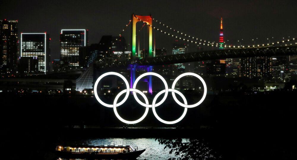Em Tóquio, no Japão, cartões-postais da cidade são iluminados com as cores olímpicas para marcar o início da contagem regressiva de 100 dias para as Olimpíadas no Japão, em 14 de abril de 2021