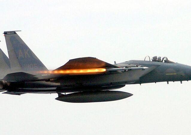 Caça F-15C Eagle da Força Aérea dos EUA disparando o míssil AIM-120 AMRAAM