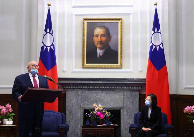 Richard Armitage, ex-subsecretário de Estado dos EUA, fala em reunião com Tsai Ing-wen, presidente de Taiwan, no escritório presidencial em Taipé, Taiwan, 15 de abril de 2021