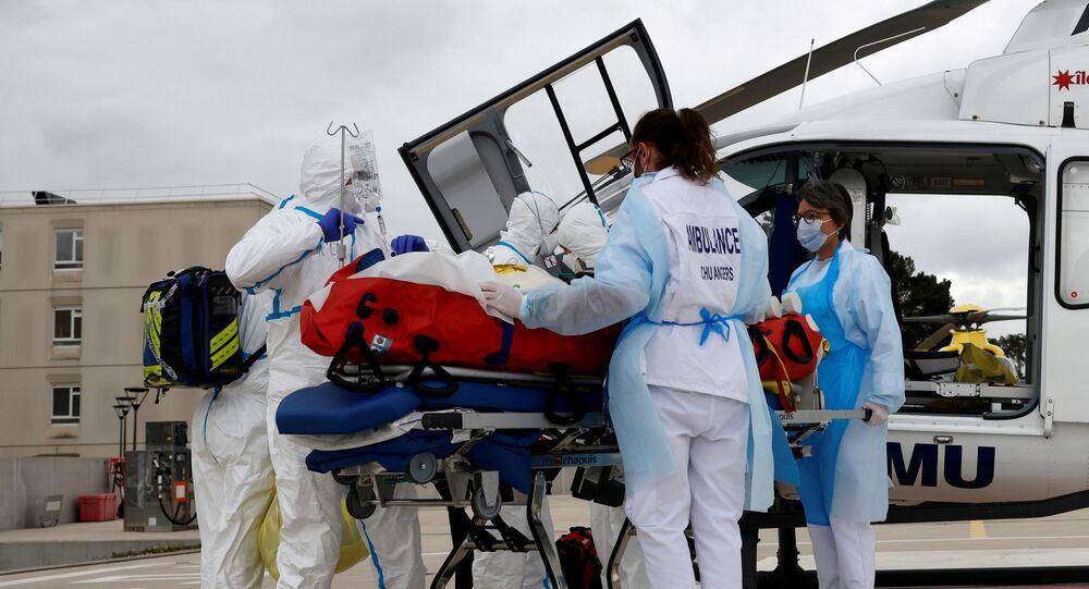 Equipe médica do hospital de Angers está se preparando para levar de maca um paciente infectado pela COVID-19 depois que foi transferido de helicóptero da região de Île-de-France, França, 15 de março de 2021