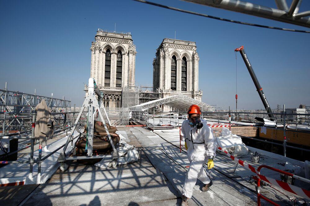 Vista para a reconstrução do telhado de Notre-Dame, que foi danificado no incêndio há dois anos, Paris, França, 15 de abril de 2021