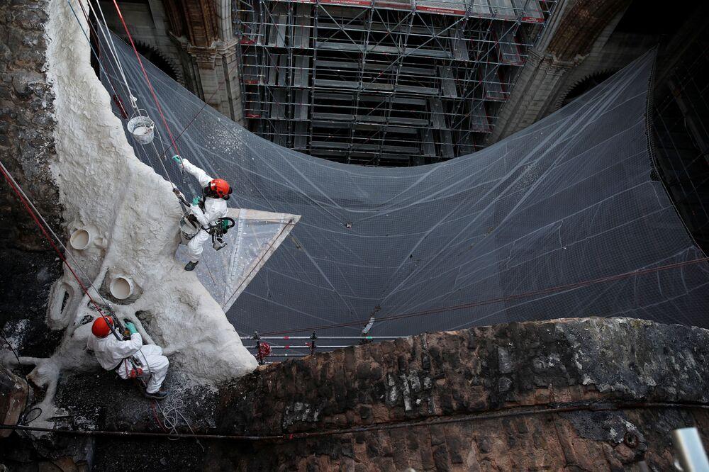 Operários no local de reconstrução da catedral de Notre-Dame dois anos após o incêndio, Paris, França, 15 de abril de 2021