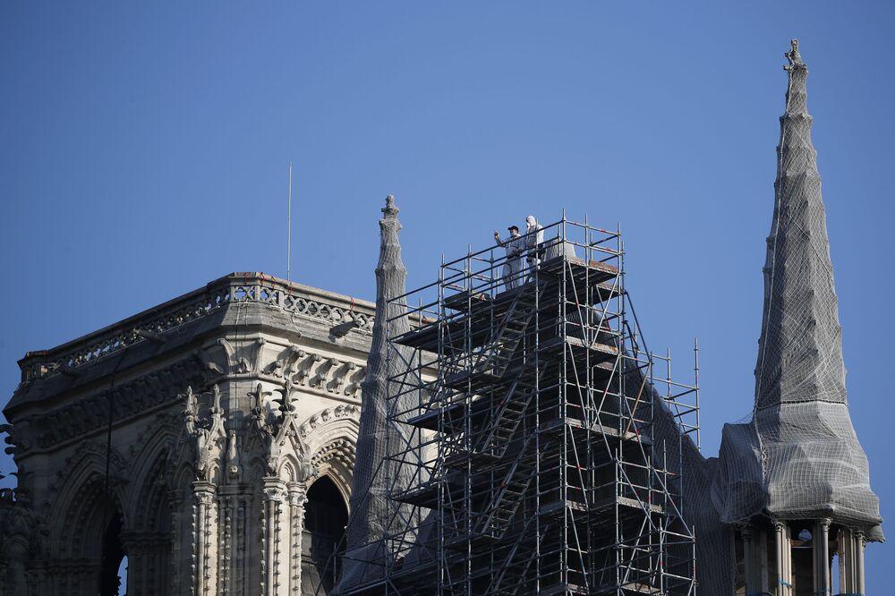 Operários sobre um andaime na catedral de Notre-Dame, enquanto os trabalhos de restauração continuam em Paris, França, 2021