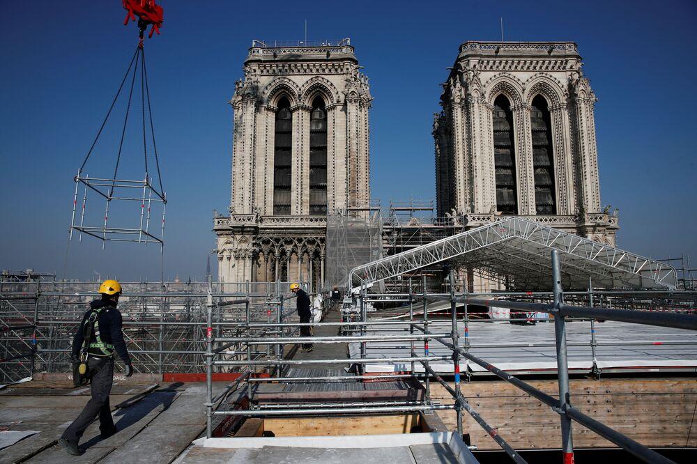 Vista para a reconstrução do telhado da catedral de Notre-Dame, Paris, França, 15 de abril de 2021
