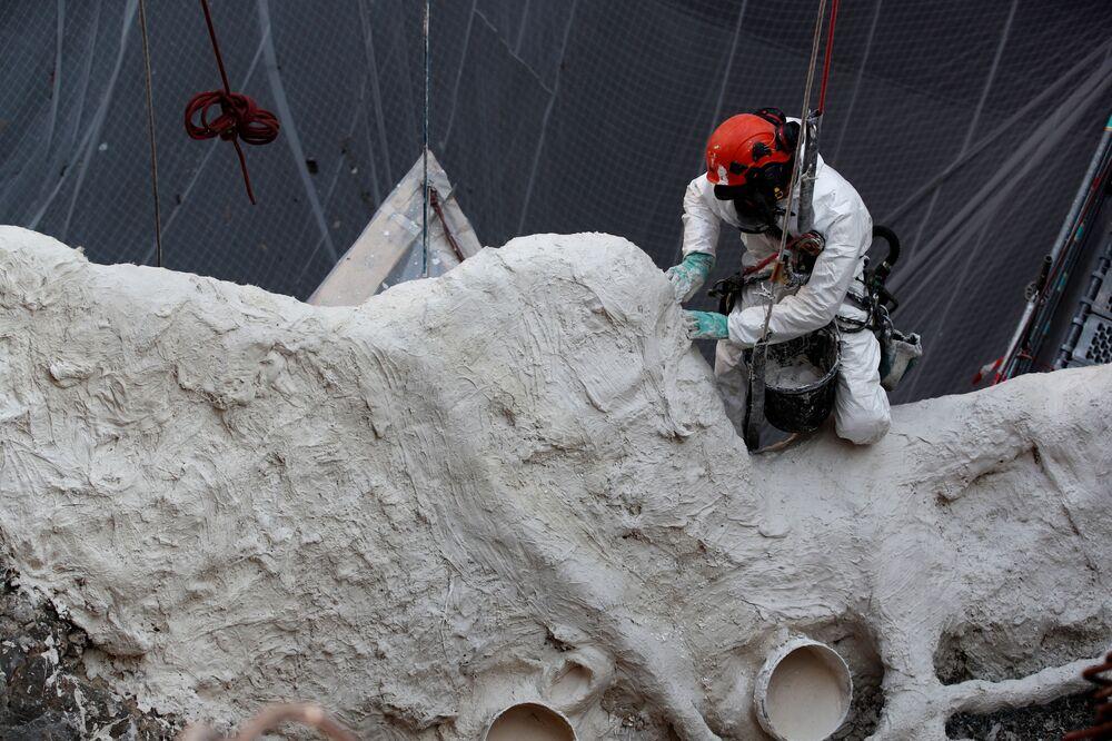 Operário durante a reconstrução da catedral de Notre-Dame, 15 de abril de 2021