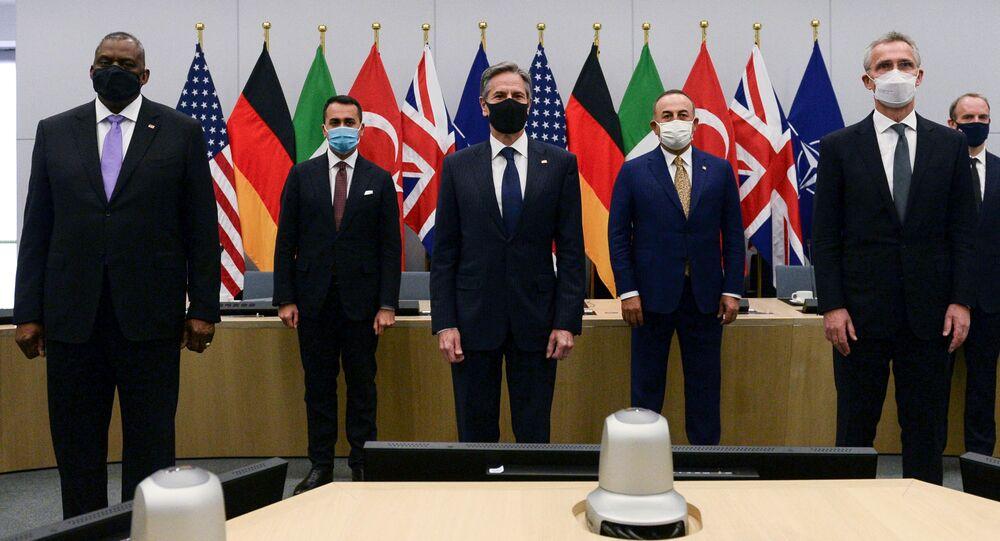 O secretário de Defesa dos EUA, Lloyd Austin; o ministro das Relações Exteriores da Itália, Luigi Di Maio; o secretário de Estado dos EUA, Antony Blinken; o ministro das Relações Exteriores da Turquia, Mevlut Cavusoglu; o secretário-deral da OTAN, Jens Stoltenberg; e o secretário de Relações Exteriores britânico, Dominic Raab, posam para uma foto durante reunião em Bruxelas, Bélgica, em 14 de abril de 2021.