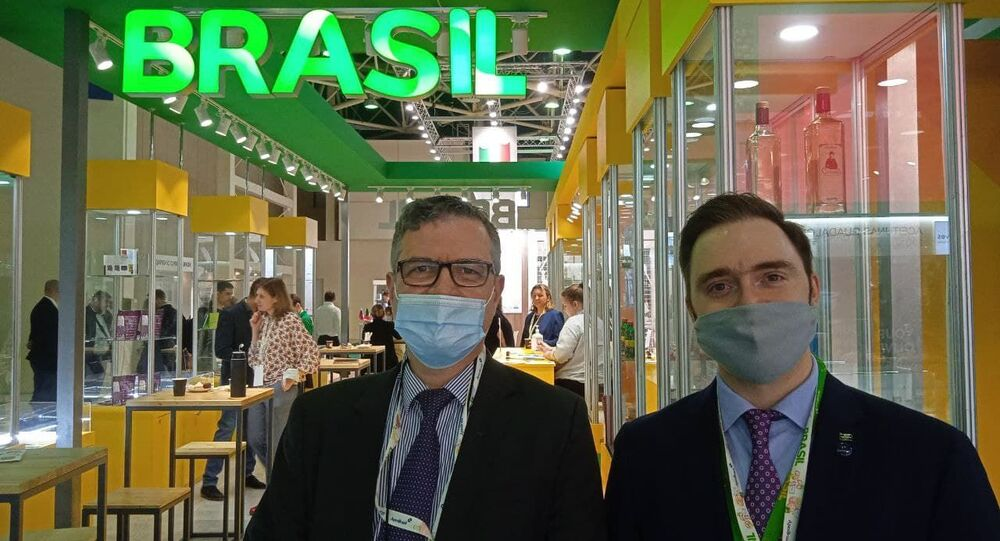 O diretor do escritório da Apex-Brasil em Moscou, Almir Américo (à esquerda), e o analista Arsen Sogoyan, durante a feira Prodexpo, em Moscou, Rússia, 14 de abril de 2014