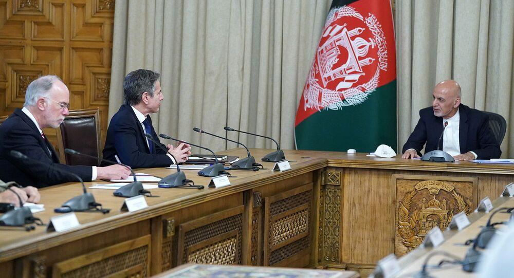 Presidente do Afeganistão Ashraf Ghani (à direita) em reunião com o secretário de Estado dos EUA Antony Blinken em Cabul, Afeganistão, 15 de abril de 2021