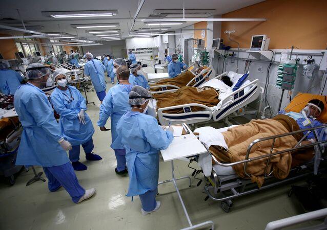 Médicos atendem pacientes do pronto-socorro do hospital Nossa Senhora da Conceição, superlotado por surto de coronavírus, em Porto Alegre, Brasil, 11 de março de 2021