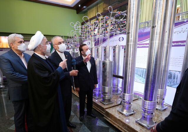 O presidente iraniano, Hassan Rouhani, analisa as novas conquistas nucleares do Irã durante o Dia Nacional da Energia Nuclear do Irã em Teerã, Irã, 10 de abril de 2021