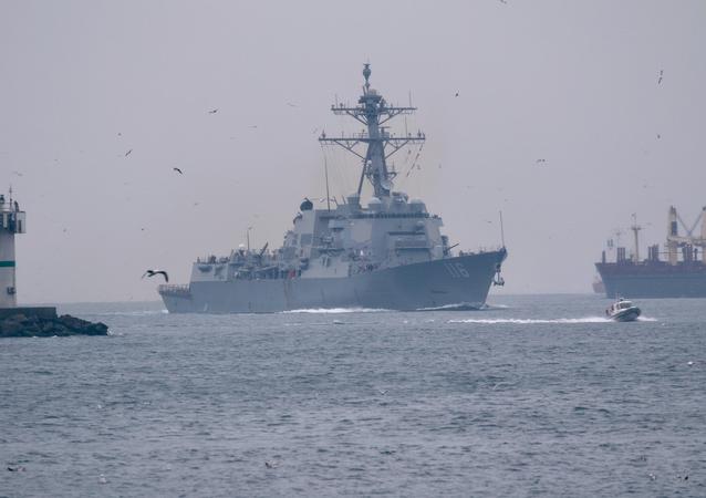 USS Thomas Hudner navega através do estreito de Bósforo rumo ao mar Negro