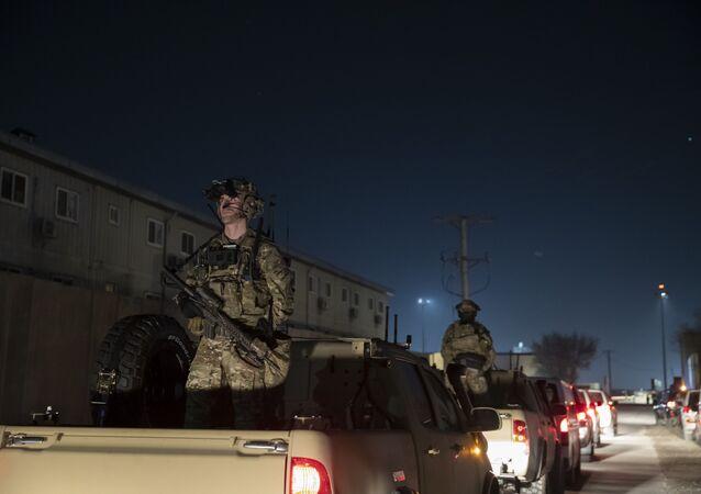 Soldados de guarda armados na comitiva de Donald Trump, presidente dos EUA, durante visita surpresa ao Aeródromo de Bagram, Afeganistão, 28 de novembro de 2019