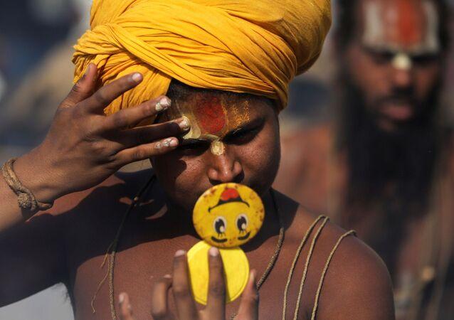 Indiano se prepara para ritual religioso à beira do rio Ganges, em Haridwar, Índia, 13 de abril de 2021