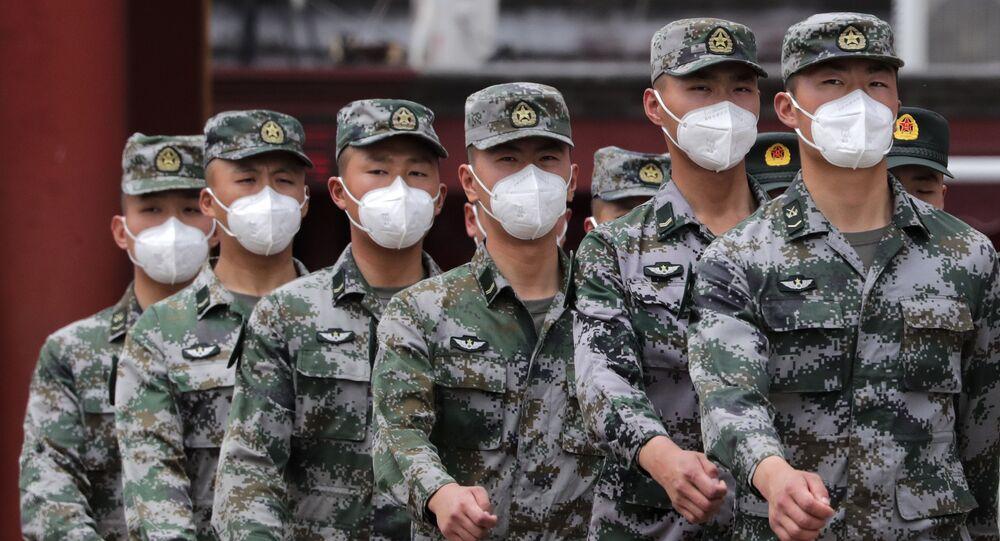 Soldados do Exército de Libertação Popular (ELP) usando máscaras para se proteger contra a propagação do novo coronavírus marcham durante uma sessão plenária do Congresso Nacional do Povo Chinês (NPC) no Grande Salão do Povo em Pequim, maio 25, 2020.