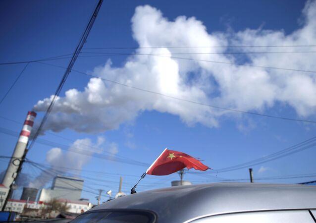 Bandeira da China no topo de um carro, perto de uma usina elétrica a carvão em Harbin, província de Heilongjiang, China, 27 de novembro de 2019