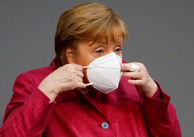 A chanceler alemã, Angela Merkel, participa de sessão no parlamento da Alemanha debatendo medidas contra a pandemia, em Berlim, em 16 de abril de 2021