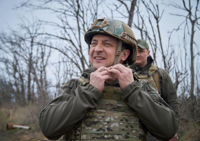 O presidente ucraniano, Vladimir Zelensky, em visita à região de Donbass, na Ucrânia, em 9 de abril de 2021