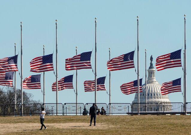 Monumento em memória das 500.000 mortes devido à COVID-19 em Washington, EUA, 24 de fevereiro de 2021