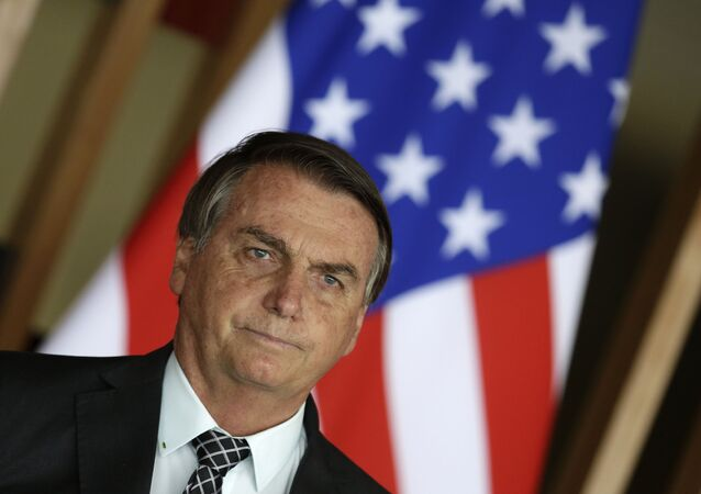O presidente do Brasil, Jair Bolsonaro, posa com a bandeira dos Estados Unidos ao fundo durante encontro com o então conselheiro de Segurança Nacional dos EUA, Robert O'Brien, em Brasília, em 20 de outubro de 2020
