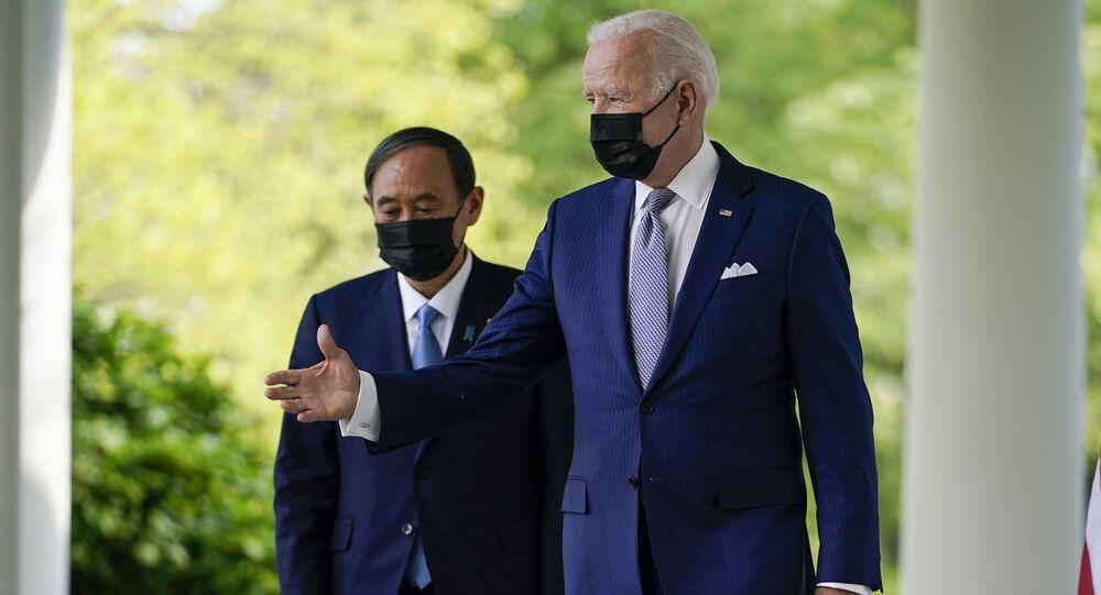 O presidente dos EUA, Joe Biden, acompanhado pelo primeiro-ministro japonês, Yoshihide Suga, sai do Salão Oval para falar em uma entrevista coletiva no Rose Garden da Casa Branca, em 16 de abril de 2021, em Washington.