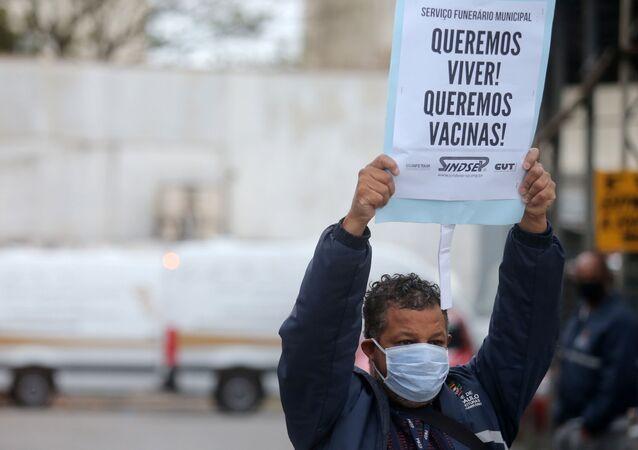 Funcionário de serviço funerário protesta por mais vacinas contra a COVID-19 em São Paulo, no Brasil, no dia 15 de abril de 2021