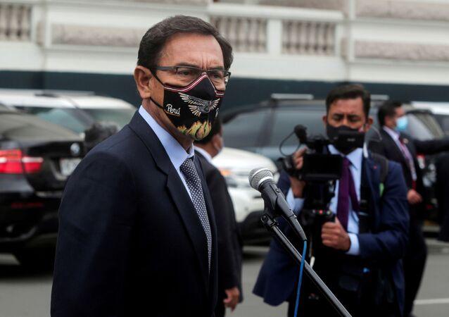 O ex-presidente do Peru, Martín Vizcarra, fala à imprensa durante o julgamento de impeachment por acusações de corrupção, em Lima, no Peru, no dia 9 de novembro de 2020