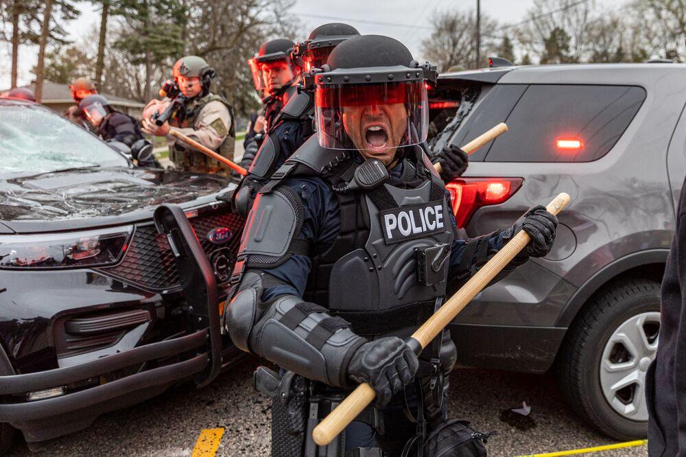 Confrontações entre policiais e manifestantes em Minneapolis, EUA, em 11 de abril de 2021