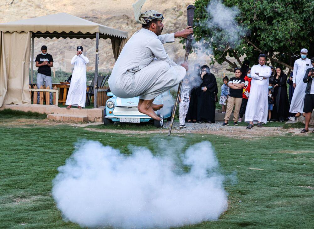 Dançarino executando dança nacional Taashir, Arábia Saudita, em 10 de abril de 2021