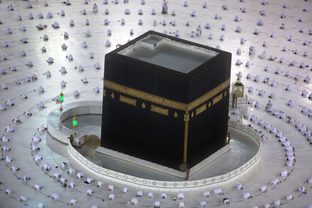 Muçulmanos rezam ao redor da Caaba, Meca, Arábia Saudita, 13 de abril de 2021
