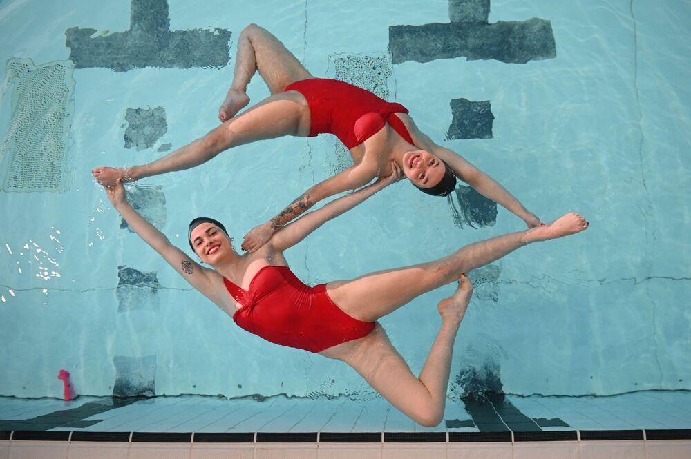 Equipe da natação sincrônica Aquabatix durante o treino, 12 de abril de 2021