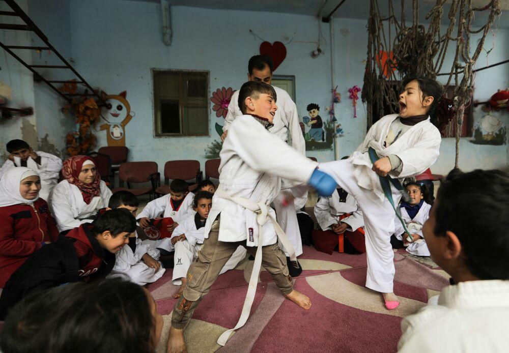 Crianças praticam artes marciais em povoado na Síria, 11 de abril de 2021