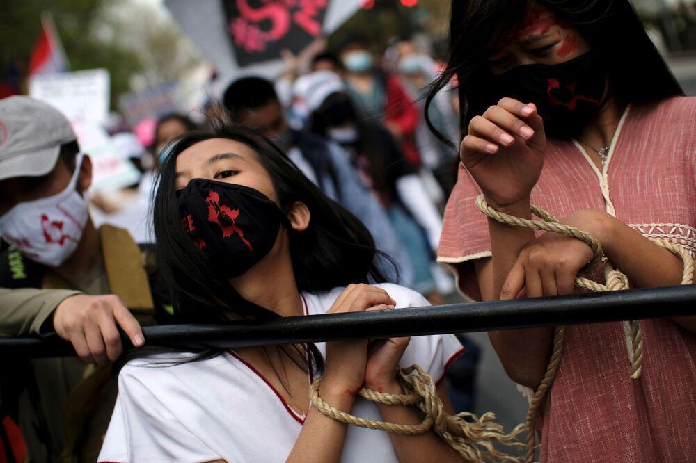 Ativistas durante protesto em frente da Embaixada de Mianmar em Washington, EUA, 10 de abril de 2021