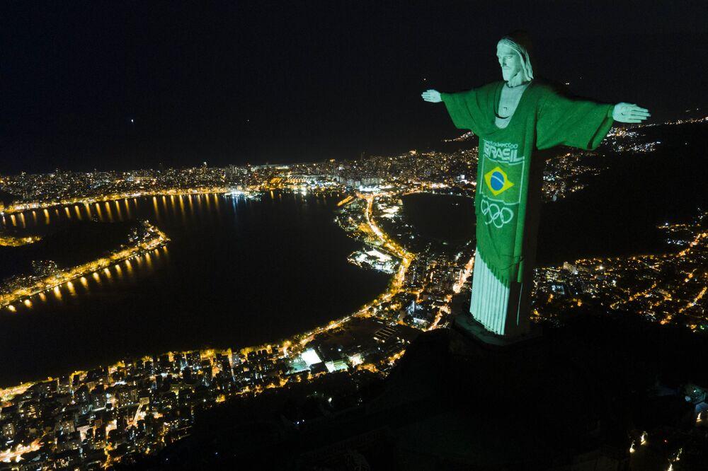 Cem dias antes das Olimpíadas no Japão, o Cristo Redentor foi vestido da camisa esportiva com bandeira brasileira, 14 de abril de 2021