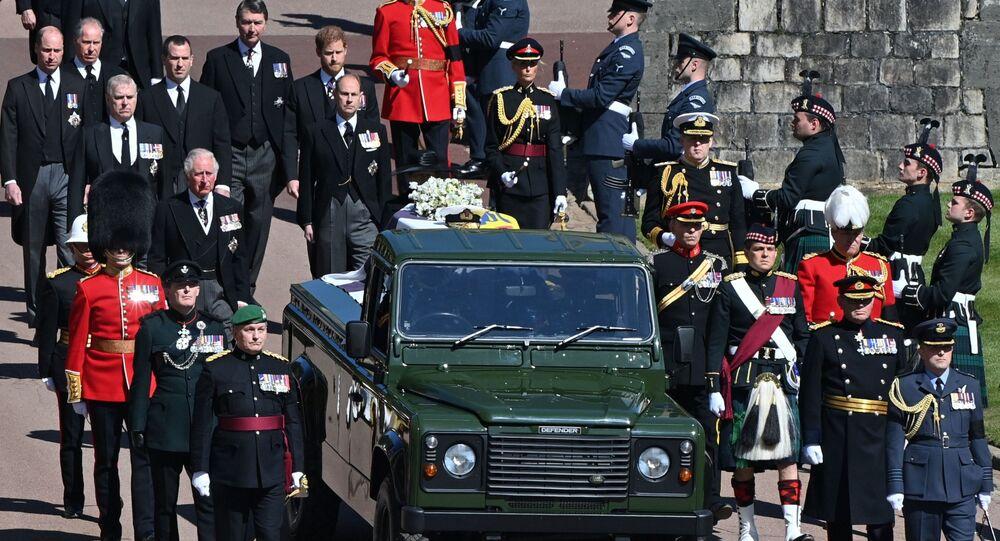 Membros da família real britânica caminham atrás de carro funerário durante o funeral do Príncipe Philip, marido da rainha Elizabeth II