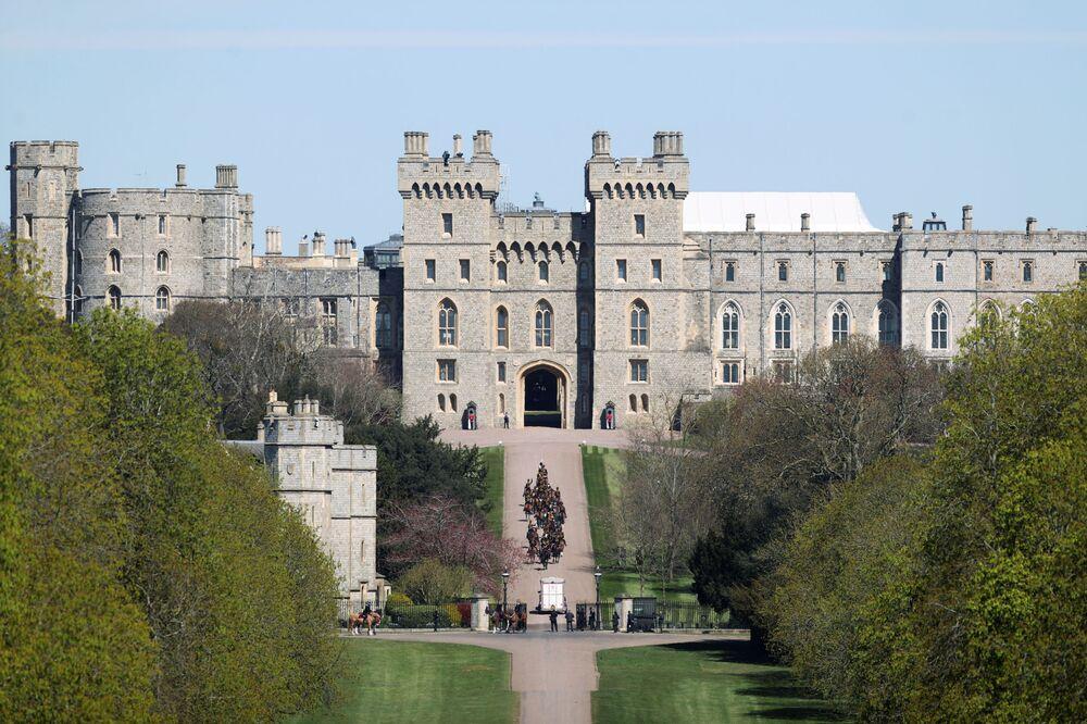 Tropas de artilharia montada real chegam ao Castelo de Windsor