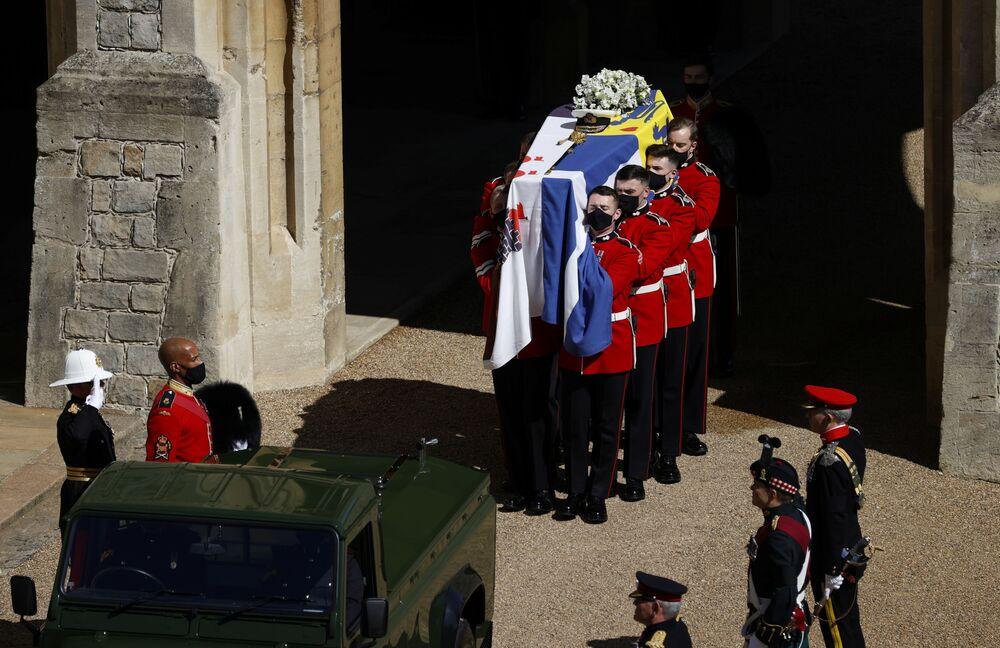 O caixão do príncipe Philip, marido da rainha Elizabeth, que morreu aos 99 anos, é carregado durante seu funeral no Castelo de Windsor