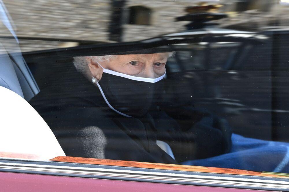 A rainha Elizabeth comparece ao funeral de seu marido, o príncipe Philip, que morreu aos 99 anos, no Castelo de Windsor, Reino Unido, em 17 de abril de 2021