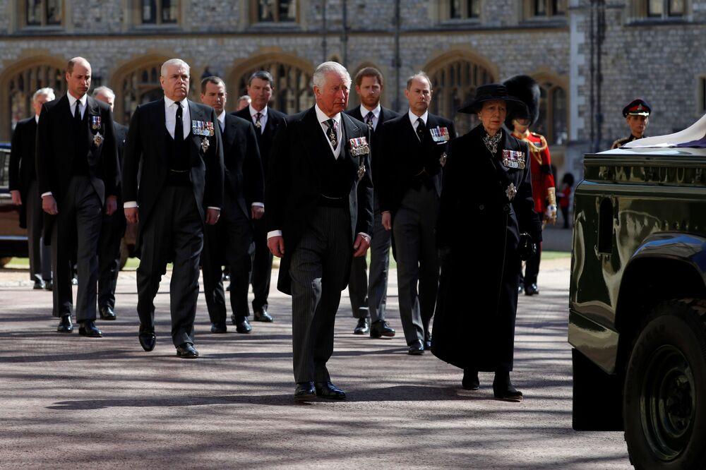 O príncipe Charles, a princesa Anne e membros da família real caminham atrás do carro fúnebre no Castelo de Windsor durante o funeral do príncipe Philip, marido da rainha Elizabeth, que morreu aos 99 anos, em Windsor, em 17 de abril, 2021