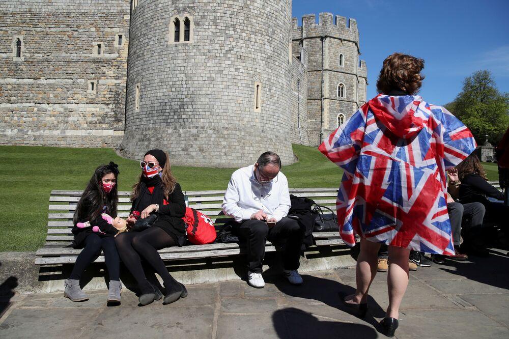 As pessoas se sentam no Castelo de Windsor no dia do funeral do príncipe britânico Philip