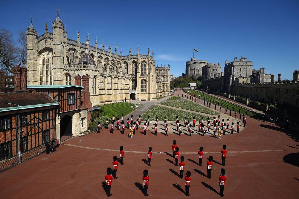 Soldados fazem a guarda no território do Castelo de Windsor perto da Capela de São Jorge no dia do funeral do príncipe Philip