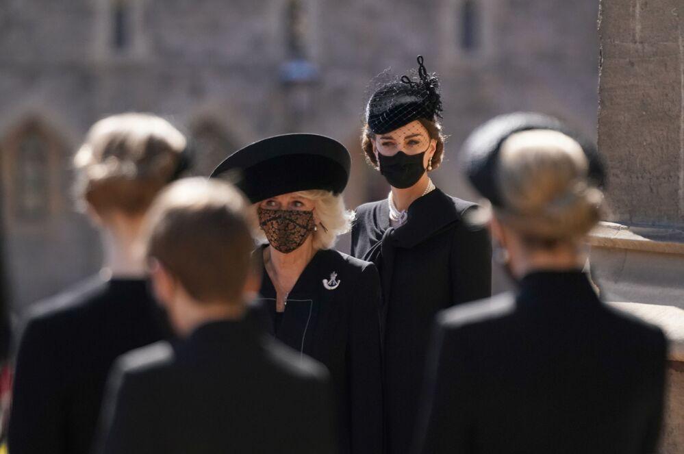 Camila, duquesa da Cornualha, e Kate Middleton, duquesa de Cambridge, no funeral do príncipe Philip