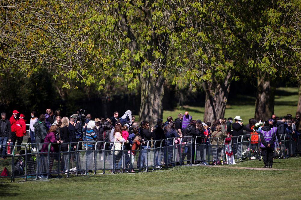 Pessoas se reúnem perto do Castelo de Windsor no dia do funeral do príncipe Philip