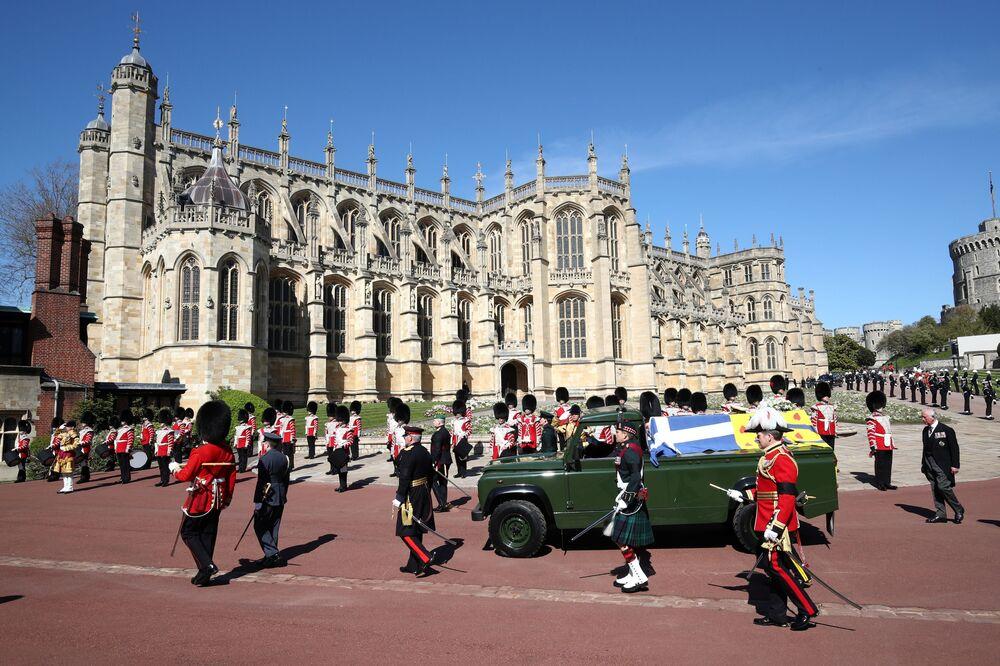 Carro funerário com o caixão do príncipe Philip no terreno do Castelo de Windsor