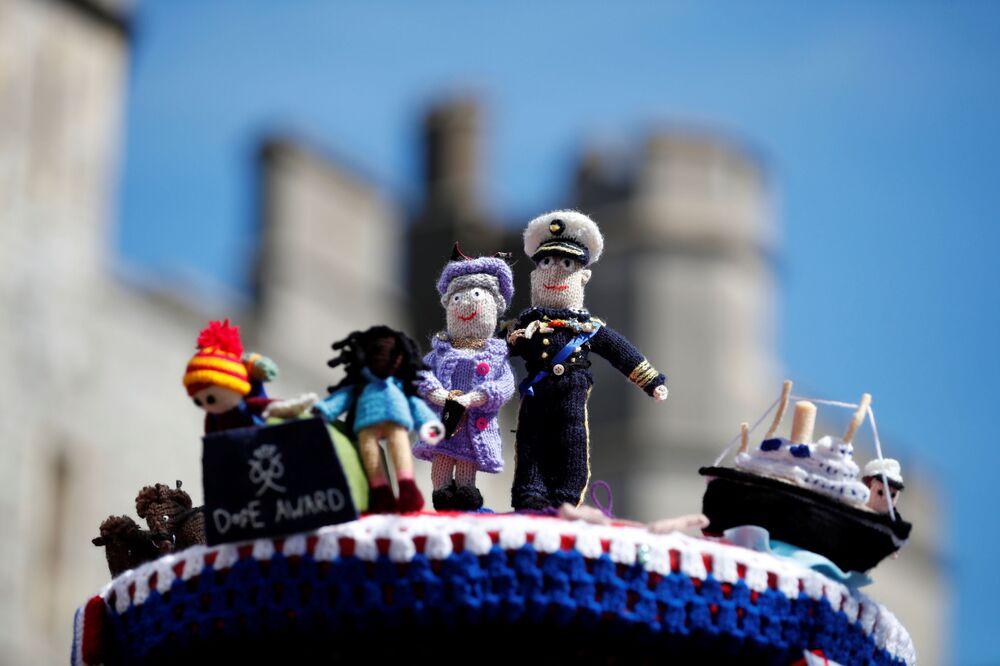 Estatuetas de malha da rainha Elizabeth e do príncipe Philip no dia do funeral do duque de Edimburgo
