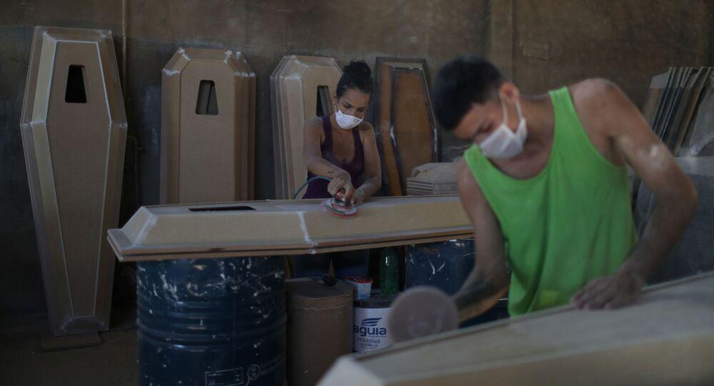 Trabalhadores preparam caixões em uma fábrica em meio à pandemia de COVID-19 em Nova Iguaçu, no estado do Rio de Janeiro, em 12 de abril de 2021