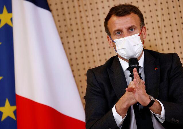 O presidente francês, Emmanuel Macron, durante reunião com membros de uma equipe médica em hospital de Reims, onde discutiu o impacto psicológico da crise da COVID-19 em crianças e adolescentes, em 14 de abril de 2021