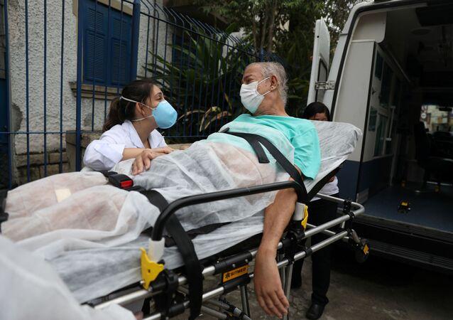 O engenheiro Carlos Antonio Fernandes Sena, que tem 72 anos e chegou a ser intubado com COVID-19, se despede da profissional de saúde Flávia Fonseca, após três meses de fisioterapia no hospital Placi, no Rio de Janeiro, em 13 de abril de 2021