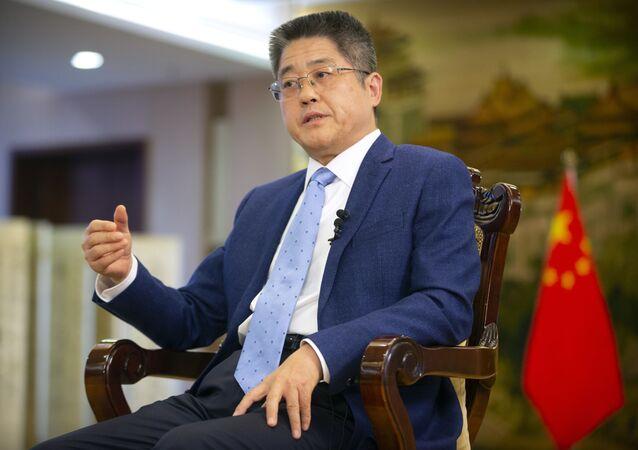 Le Yucheng, vice-chanceler da China, durante entrevista à Associated Press, 16 de abril de 2021