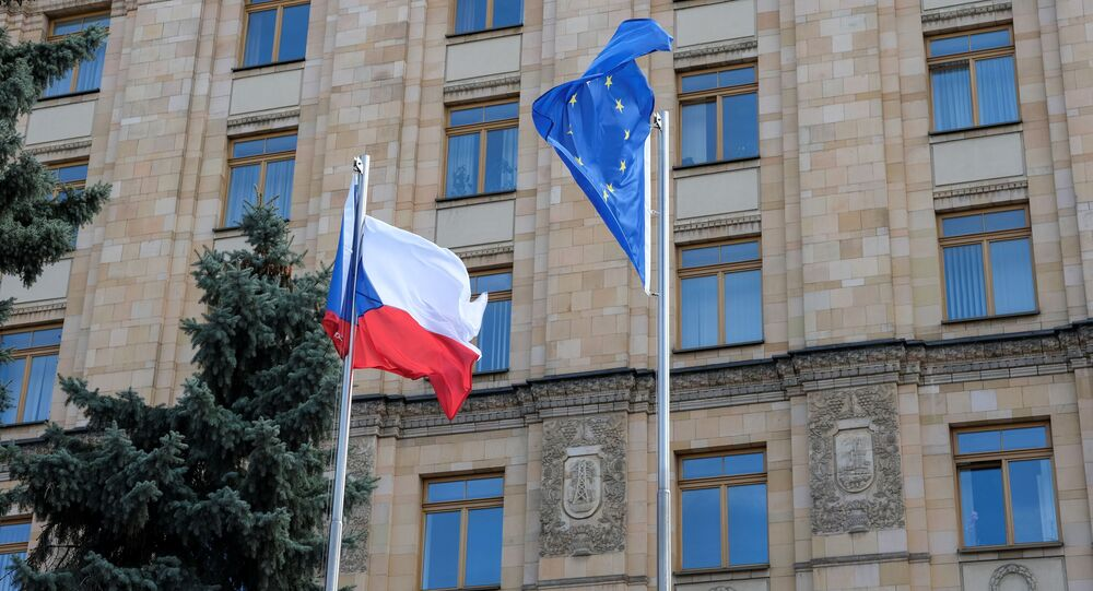 Bandeiras da União Europeia e da República Tcheca na embaixada tcheca em Moscou, 18 de abril de 2021